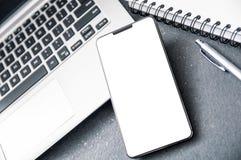 """Smartphone moderne avec la """"entaille """" photos libres de droits"""
