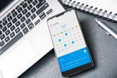 """Smartphone moderne avec la """"entaille """"et demande de calendrier de 2019 photos libres de droits"""