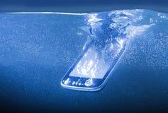 Smartphone moderne jeté dans l'eau Images stock