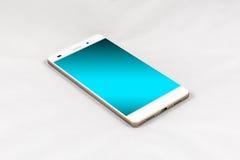 Smartphone moderno con lo schermo blu in bianco, isolato sulla parte posteriore di bianco Immagine Stock