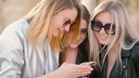Smartphone moderno de los amigos de la forma de vida de las mujeres almacen de metraje de vídeo