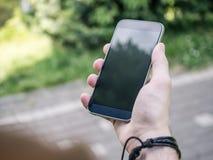 Smartphone moderno na mão do homem Fotos de Stock