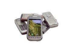 Smartphone moderno sui precedenti di vecchi telefoni cellulari Immagini Stock