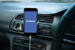 Smartphone a monté sur le tableau de bord d'une voiture générique Image stock