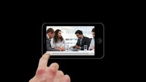 Smartphone montrant l'équipe travaillant ensemble banque de vidéos
