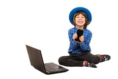 Smartphone mostrando executivo pequeno feliz foto de stock