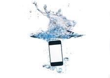 Smartphone na água e no respingo imagem de stock