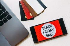Smartphone na drewnianym stole Czarny Piątku ogłoszenie Odgórny widok obraz stock