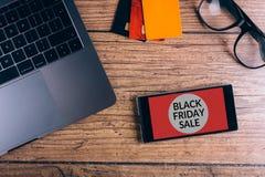 Smartphone na drewnianym stole Czarny Piątku ogłoszenie Odgórny widok obraz royalty free