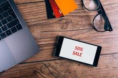 Smartphone na drewnianym stole Czarny Piątku ogłoszenie Odgórny widok zdjęcie stock