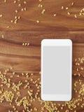 Smartphone na madeira, macarronetes do alfabeto, app, cozinhando o app Foto de Stock Royalty Free