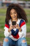 Smartphone na moda da consultação da mulher do ½ do ¿ do ethnicï Fotos de Stock