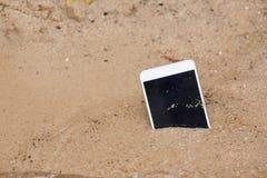 Smartphone na praia fotos de stock royalty free