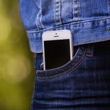 Smartphone na vida quotidiana Telefone no bolso das calças de brim Imagem de Stock
