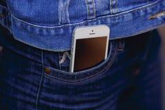Smartphone na vida quotidiana Telefone no bolso das calças de brim Imagens de Stock Royalty Free