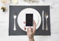 Smartphone nad gościa restauracji położenie fotografia royalty free