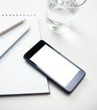 Smartphone-Nahaufnahme mit leerem weißem Schirm Lizenzfreie Stockfotografie