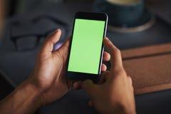 Smartphone nas mãos Fotografia de Stock Royalty Free