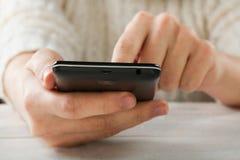 Smartphone negro a disposición imagenes de archivo