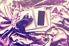 Smartphone nero in bianco con il diario, la macchina fotografica d'annata ed il libro immagini stock libere da diritti