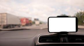Smartphone no punho dianteiro do carro com tela branca imagem de stock