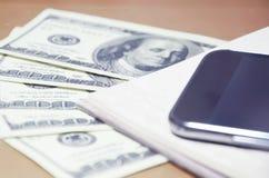 Smartphone, notepad, pieniądze Obrazy Royalty Free