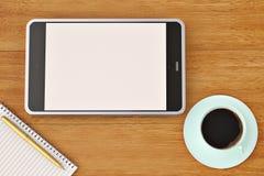 Smartphone-Notizbuchaufkleber und Kaffeetasse auf dem hölzernen Desktop 3d Lizenzfreie Stockfotografie