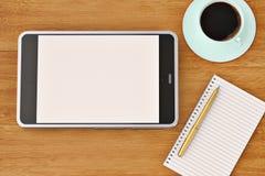 Smartphone-Notizbuchaufkleber und Kaffeetasse auf dem hölzernen Desktop 3d Lizenzfreie Stockbilder