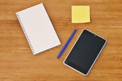 Smartphone-Notizbuchaufkleber und -stift auf dem hölzernen Desktop illu 3d Lizenzfreie Stockfotos