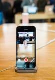 Smartphone o mais atrasado novo do SE do iPhone de Apple dos Apple Computer imagem de stock royalty free