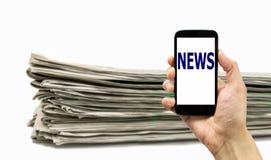 Smartphone o periódico Fotos de archivo libres de regalías