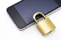 Smartphone och guld- padlock royaltyfri fotografi