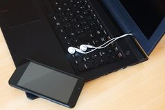 Smartphone och hörlurar royaltyfri bild