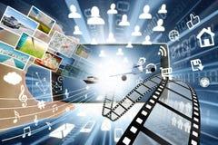 Smartphone och multimedia som delar begrepp Arkivfoto