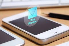Smartphone och ny meddelandesymbol Arkivbilder