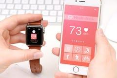 Smartphone och smartwatch som delar vård- data Fotografering för Bildbyråer