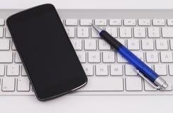 Smartphone och tangentbord Fotografering för Bildbyråer