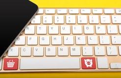Smartphone och tangentbord med shoppingsymbolsslut upp Arkivbilder