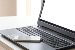 Smartphone odpoczynek na laptop klawiaturze z ścinek ścieżką na komputeru osobistego ekranie i kopii przestrzeń dla twój teksta zdjęcia stock