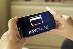 Smartphone online di paga Fotografie Stock Libere da Diritti