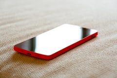 Smartphone op een laag stock foto's
