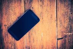 Smartphone op het Hout stock afbeeldingen