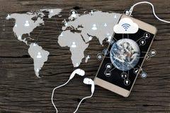 Smartphone op houten achtergrond Sociale netwerk en Wolk Computin stock foto