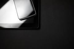 Smartphone Opiera Na pastylki zakończeniu w górę fotografii fotografia royalty free
