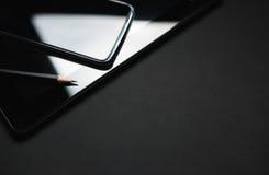 Smartphone Opiera Na pastylki zakończeniu w górę fotografii fotografia stock