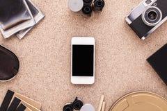Smartphone på fotografs skrivbord Traditionellt fotografi Konstnärlig workspace Top beskådar Royaltyfri Foto