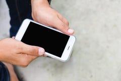 Smartphone på händer för man` ett s Fotografering för Bildbyråer