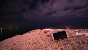 Smartphone på jordningen med timelapse i himlen lager videofilmer