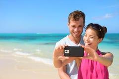 Smartphone - par de las vacaciones de la playa que toma el selfie Imágenes de archivo libres de regalías