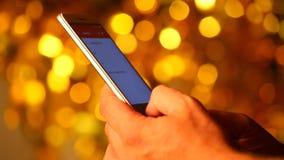 Smartphone passa l'identificazione del dito del bokeh dell'oro archivi video